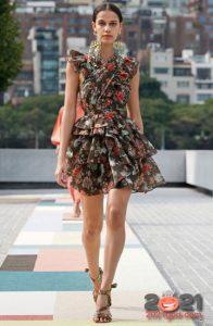 Модные короткие платья на лето 2021 с цветочным прнтом