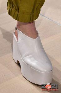 Модные белые туфли на платформе сезона весна-лето 2021 года