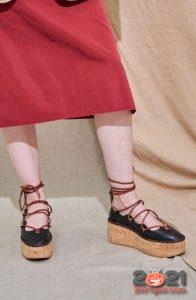 Модные туфли на платформе со шнуровкой весна-лето 2021 года