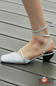 Туфли с узкими ремешками на весну 2021 года