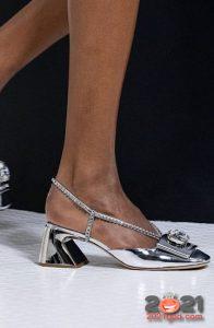 Модные серебристые туфли с широким каблуком сезона весна-лето 2021