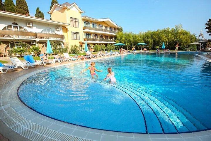 Бассейн в отеле в Крыму